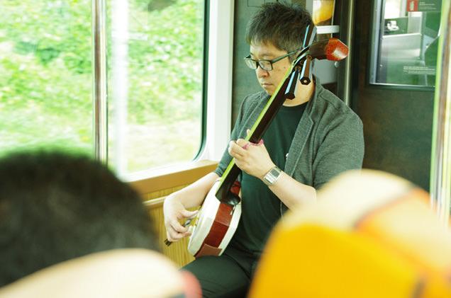車内で演奏される津軽三味線