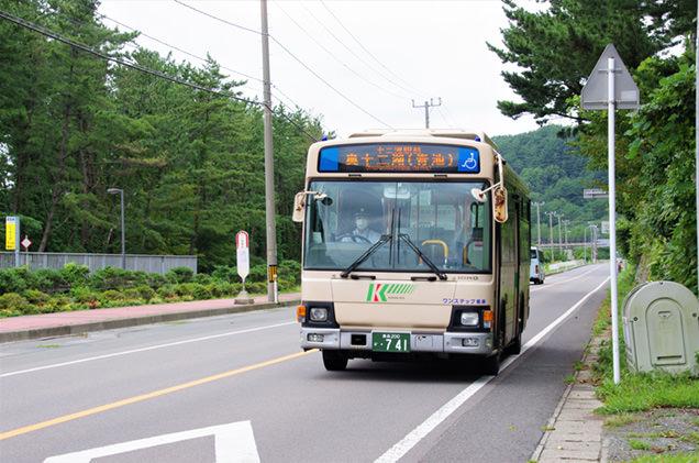 十二湖駅から路線バスに乗って「奥十二湖(青池)」へ