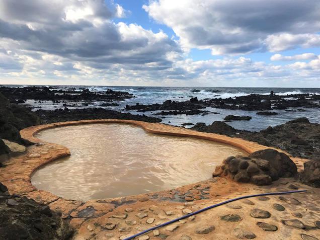 晴れの日の黄金崎不老ふ死温泉の露天風呂