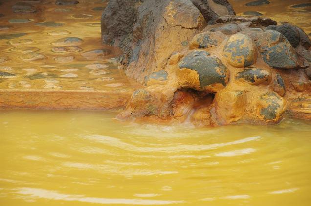 湯船に流れ出る温泉