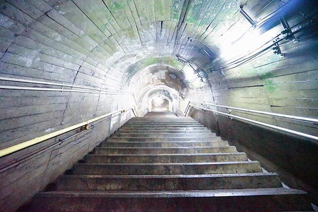 下から見た筒石駅の階段