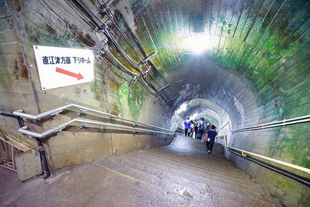 上から見た筒石駅の階段