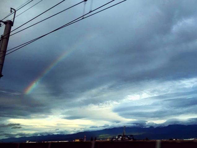 北陸新幹線の車窓から見えた虹