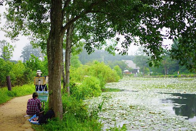 いもり池のほとりで絵を描く人