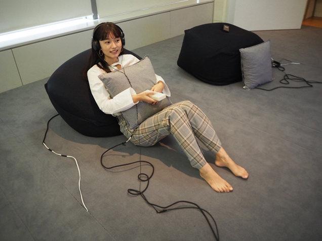 「Haptic TV」を体験する阿部朱梨