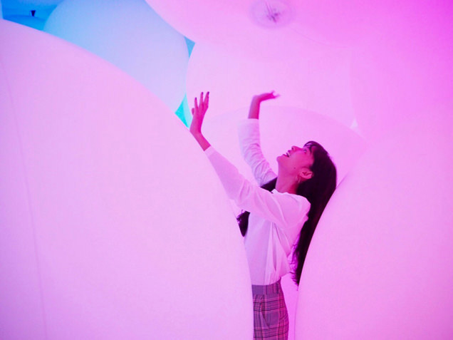 「変容する空間、広がる立体的存在 - 自由浮遊、3色と新しい9色」を体験する阿部朱梨