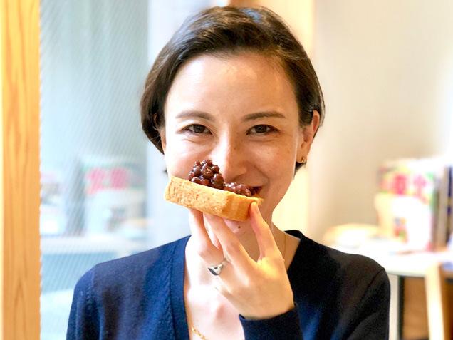 あんこトーストを食べる筆者