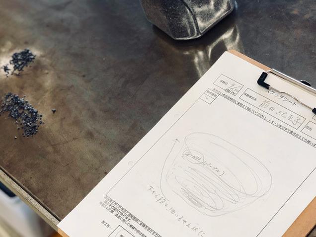 吹きガラス制作体験で作りたいデザインを描く