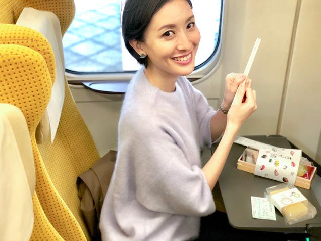 新幹線車中で「あきた鮨」と「バター餅」を食べる筆者