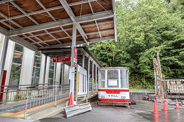 しらび平駅に到着。あいにくの雨ですが、ここから駒ヶ岳ロープウェイで7分30秒の空中散歩へ!