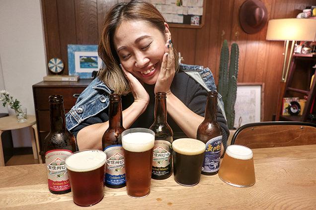 お土産の南信州ビールを飲む筆者