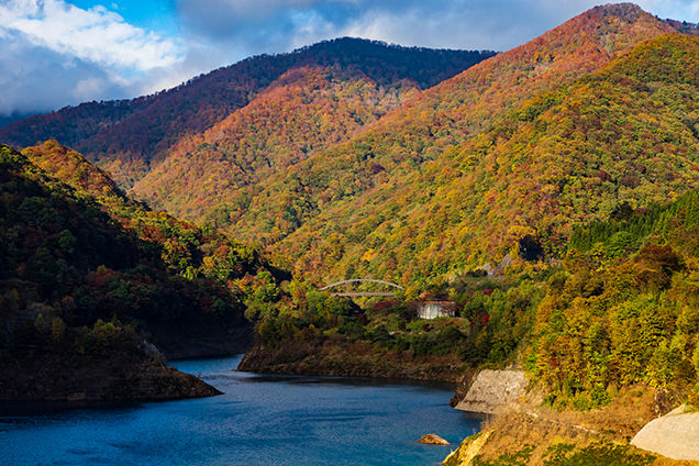 青空と青い湖面、紅葉が織り成す景色