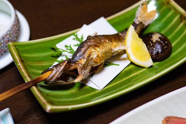 イワナの塩焼き。川魚の素朴な味もまた格別