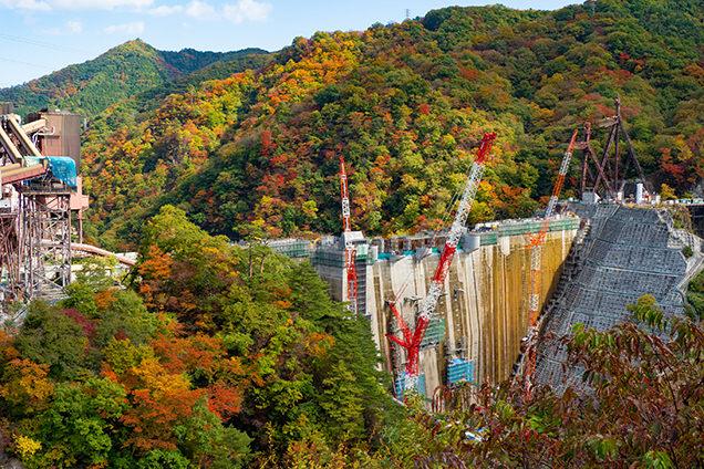 建設中のダムと紅葉。この光景を見られるのは今年だけかも