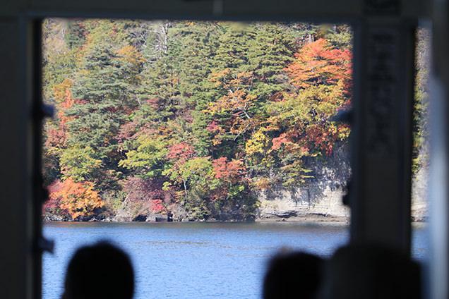 十和田湖遊覧船から見た紅葉