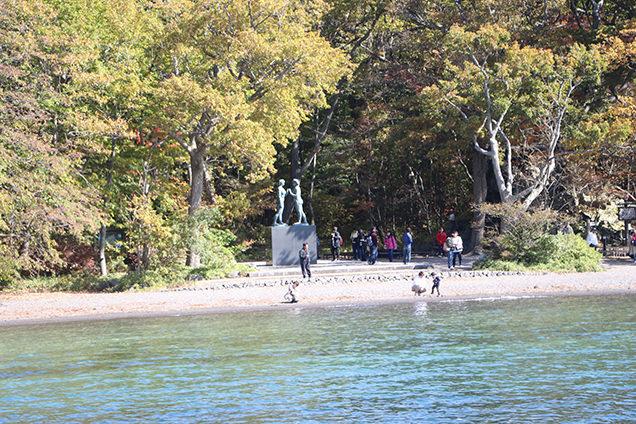 十和田湖に立つ高村光太郎作「乙女の像」