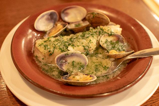 鱈とアサリのニンニクパセリソース バスク料理