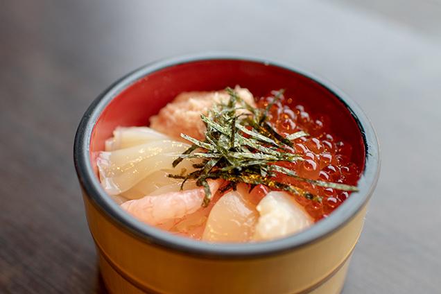 筆者が作った海鮮丼