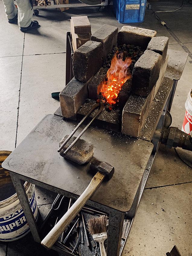 鉄に火を入れているところ