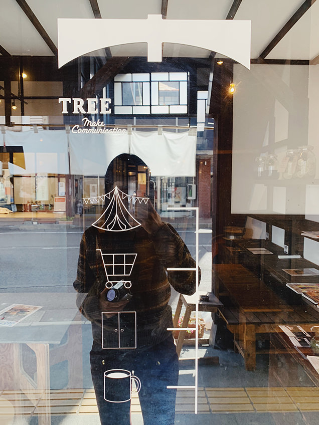 お店の造りがデザイン化されて描かれたウィンドウ