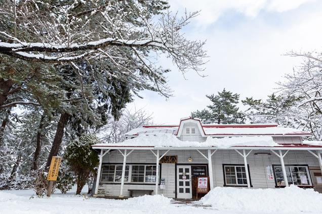 赤い屋根の喫茶店「駅舎」