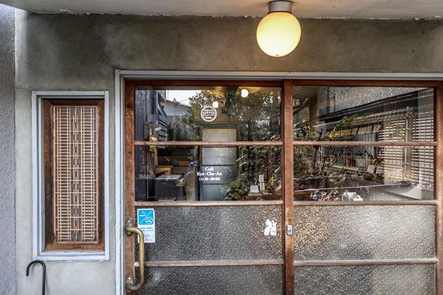 カフェの入り口ドア