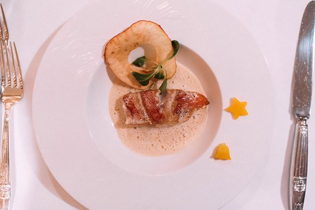 金目鯛のポワレ 粉雪に見立てたりんご風味の軽い泡のソース