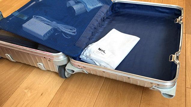 パッキング中のスーツケース