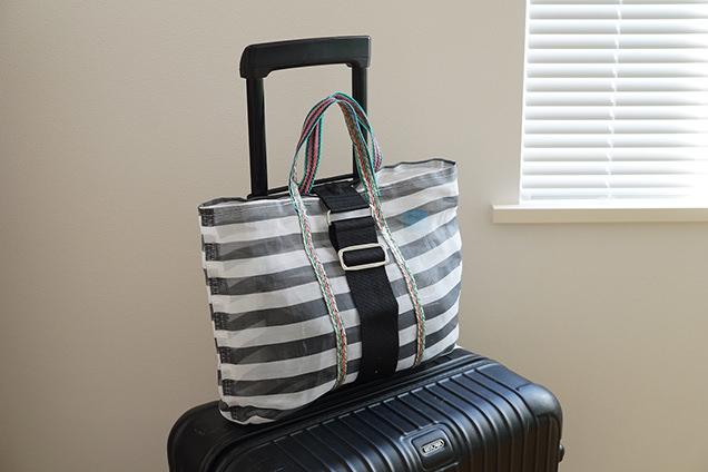 「バッグとめるベルト」で荷物を固定しているスーツケース