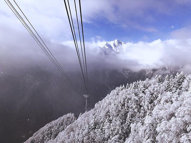 さらに標高が上がっていくと一瞬だけ雲が晴れ、笠ヶ岳が顔を出してくれて感動!