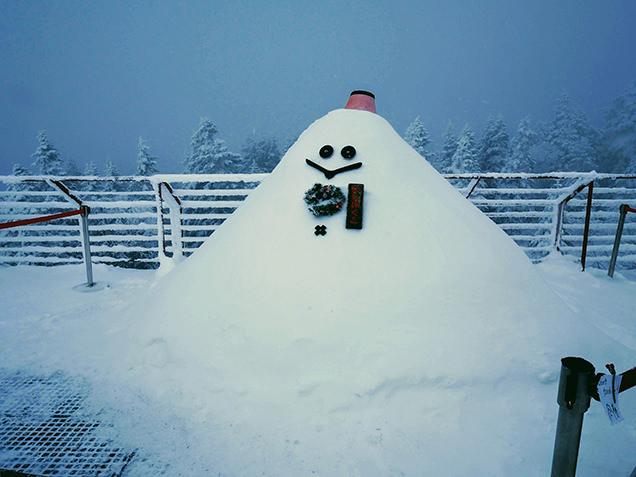雪で作られたマスコットのにしほくん