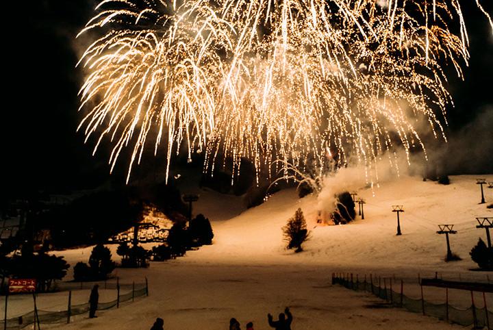 ゲレンデを彩る冬の花火がロマンチック!大満足間違いなしの夫婦スノボ旅