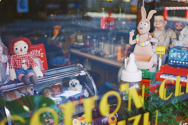 七日町通りのお店のショーウィンドウ