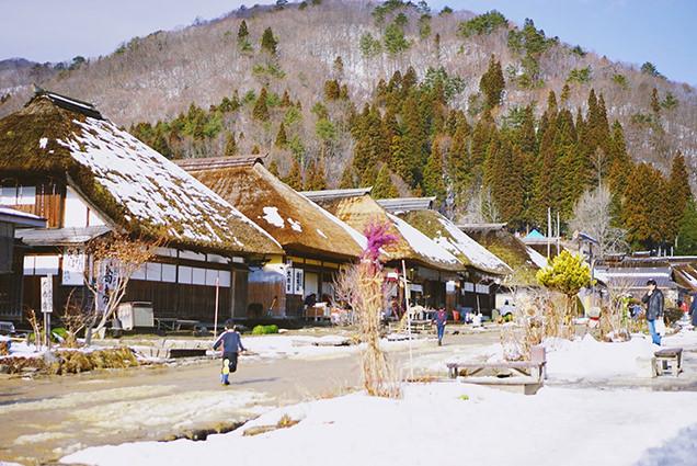 茅葺き屋根の家々