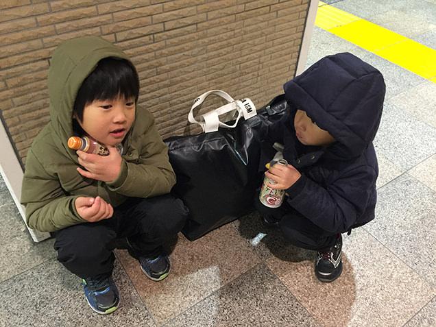 駅でココアを飲む子どもたち