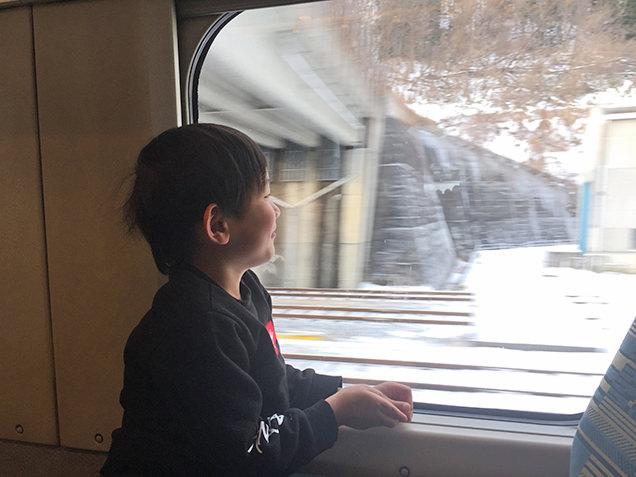 窓の外を眺める次男