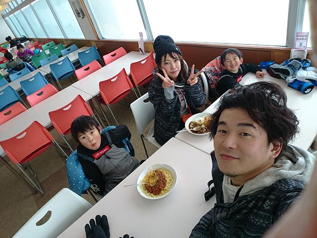 お昼を食べる筆者家族