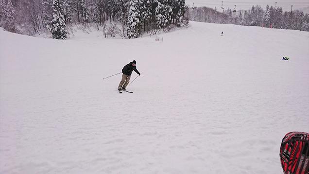 スキーをする筆者