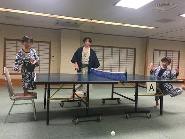 卓球で遊ぶ筆者と息子たち