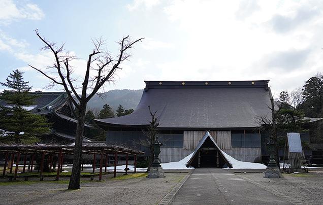 瑞泉寺本堂と太子堂(左)