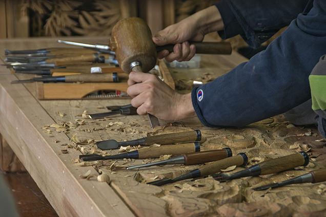 木を削る手