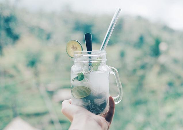飲み物の透明度と色合いを立たせた写真