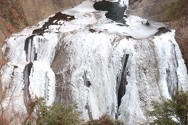 うおっ……!滝が凍ってる!滑り台みたい!