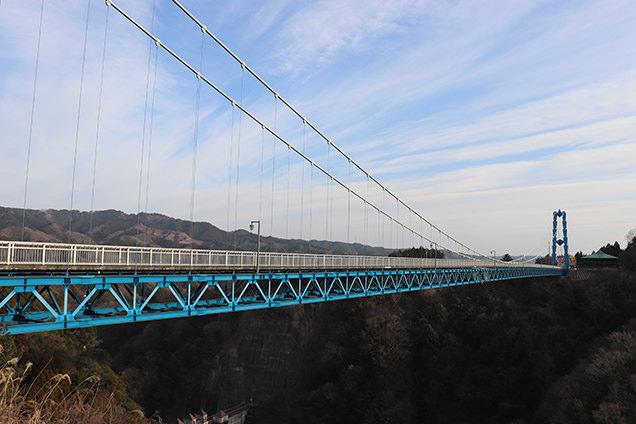 歩行者専用として国内最大級の長さを誇り、ダム湖面からの高さは100mもあるのだとか。