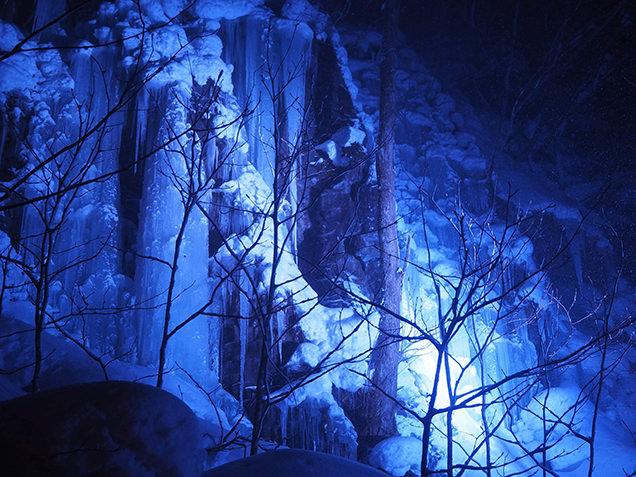 ライトアップされた馬門岩