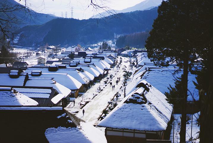 時代を超えて愛される街。伝統とロマン感じる冬の会津・大内宿へ