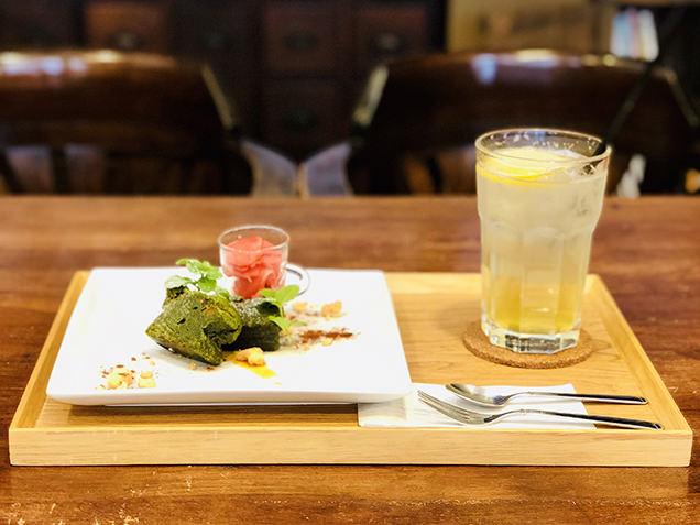 抹茶のトルタカプレーゼと国産青レモンを使ったスカッシュ