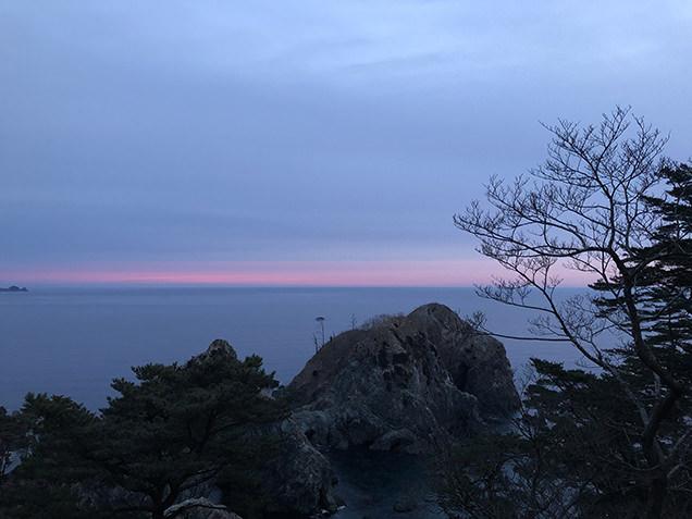 朝日が昇る水平線
