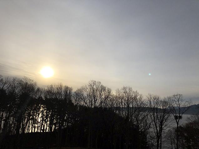 部屋から眺める朝日