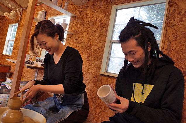 陶芸体験中の筆者カップル